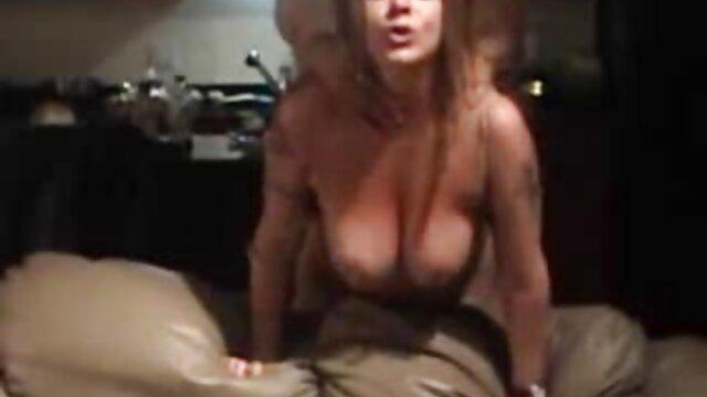 گابریلا یک خروس سیاه را دانلود انواع فیلم سوپر با پاهای خود تکان می دهد